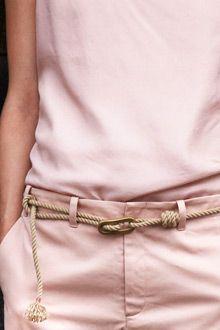 Conjunto rosa. Pantalón tela formal. Correa de cuerda.