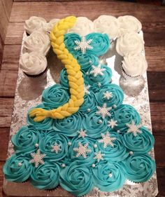 Love this idea for Elsa pull-apart cake! Frozen birthday cakes