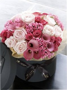 Luxury Rose and Calla Lily Hatbox - Purple / Lilac Flowers - Shop By Colour Lilac Flowers, My Flower, Beautiful Flowers, Purple Lilac, Spring Flowers, Beautiful Flower Arrangements, Floral Arrangements, Bouquet Box, Flower Bouquets