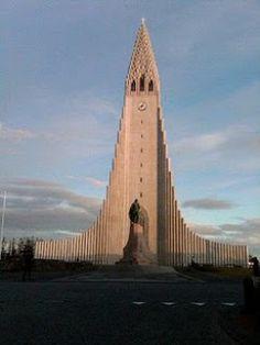 Reykjavik: Hallgrímskirkja church, Iceland's tallest building and most striking church >> Explores our Deals! Church Architecture, Beautiful Architecture, Beautiful Buildings, Beautiful Places, Places Around The World, Around The Worlds, Houses Of The Holy, Church Building, Place Of Worship