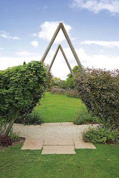 Trojúhelníková konstrukce vyžaduje velkorysejší rozměry, aby se pod ní dalo projít bez ohýbání.