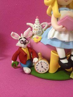 Alice no País das Maravilhas! Alice na Xícara: a hora do chá no jardim. Peça modelada à mão por Le Biscuit Denise Marrach Contatos: denisemarrach@hotmail.com 19-99763-9570 e 19-99602-8897