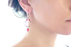 Copper wire earrings with red crystals and corals