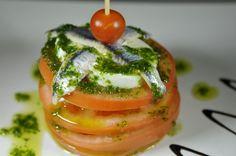 Milhoja de tomate, queso fresco de búfala y boquerones con aderezo de albahaca. Alquimia 29 - Sevilla. - via De tapas por Sevilla -