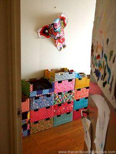 kiwidozen->opberger. De dozen in het voorbeeld worden gebruikt als kleerkast, maar dit lijkt ook ideaal om bijvoorbeeld speelgoed op te bergen.