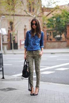 デニムシャツと迷彩柄パンツコーデ☆シャツの袖をロールアップしたりと一工夫を加えればおしゃれな着こなし❤︎