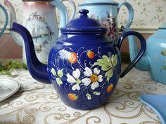 Tetera del esmalte francés azul cobalto azul bastante oscuro con patrón levantado de fresas y flores