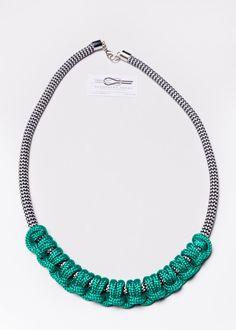 He encontrado este interesante anuncio de Etsy en https://www.etsy.com/es/listing/198027681/rope-necklace-macrame-necklace-statement
