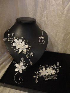 parure 4 piéces fleurs de satin modéle Andréa collier + bracelet+ bijou de cheveux + boucles bridal necklace, hair comb, bracelet and earrings