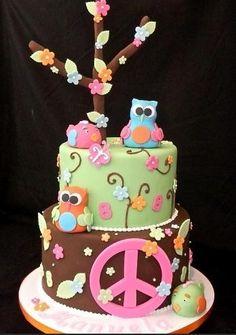 """Bolo """"Peace"""", da Sweet Carolina The Art of Cake (www.sweetcarolina.com.br). Corujas, pássaros, flores e, como não poderia faltar em um bolo com esse tema, um grande símbolo da paz."""