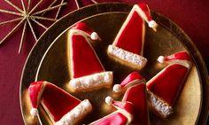 Knusperplätzchen mit weihnachtlichen Gewürzen und roter Zuckerglasur Muffin-Glasur rot)