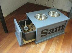 Coin repas pour chiens et chats. Pour le chat, veillez à mettre les croquettes dans une boite hermétique.