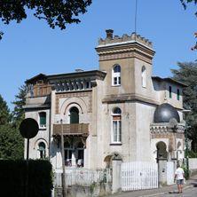 Villa néo-mauresquea villa néo-mauresque est unique à Mulhouse. Construite en 1901, elle se situe en retrait de la rue et dispose d'un jardin.