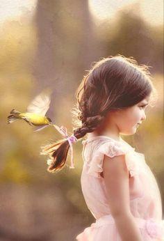 Pon nombre a la niña y crea una historia basada en amos personajes: niña y pájaro.