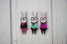 Купить Значок деревянный Заяц в очках - комбинированный, заяц, Заяц в подарок, зая