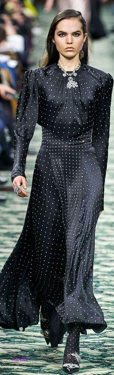 Paco Rabanne Herbst-Winter - Ready-to-Wear Lässige Mode Fashion Mode, Curvy Fashion, Runway Fashion, Fashion Looks, Fashion Fall, Elegant Dresses, Beautiful Dresses, Casual Dresses, Dresses For Work