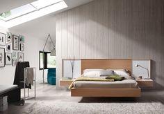 #Dormitorio de 281 cm, de #madera natural, con una #cama y dos #mesitas de 60 cm. Gran variedad de acabados maderas y lacas. / #Dormitori de 281 cm, de #fusta natural, amb un #llit i dues #tauletes de 60 cm. Gran varietat d'acabats fustes i laques.