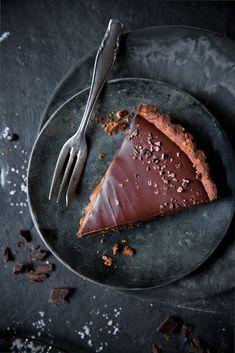 ... vegan chocolate tart with date salt caramel ...