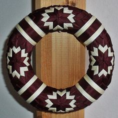 . The Birth Of Christ, Quilted Ornaments, 4th Of July Wreath, Arts And Crafts, Christmas Decorations, Wreaths, Quilts, Sewing, Patchwork Ideas
