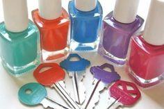 Dale un poco de color a tus llaves, con tu color de esmalte favorito.