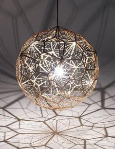 ¡Nos atrapa en su red! La lámpara Etch Light Web proyecta un juego de sombras con su pantalla esférica de fina trama metálica. DeTom Dixon.