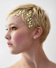 We're bringing you 21 gorgeous ways to experiment with glitter hair. Whether you want to try glitter roots, braids or any other bedazzled look, we've got you covered -- in sparkles -- with this gallery. Holiday Hairstyles, Pixie Hairstyles, Braided Hairstyles, Wedding Hairstyles, Cool Hairstyles, Pixie Cut 2015, Pixie Cuts, Short Pixie, Thick Hair