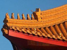 Dacheindeckung mit Tierstatuen im asiatischen Stil durch die Rosenfeld & Krehl Dachbau Limited in Stahnsdorf OT Güterfelde (14532) | Dachdecker.com