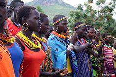 preparazione alla danza - Karamoja, Uganda