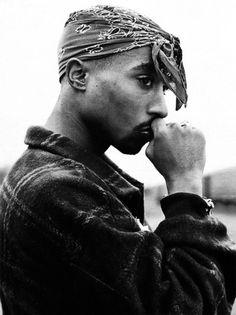"""""""Nunca chore por passado e sim viva o presente de olho aberto para o futuro."""" -Tupac *-*"""