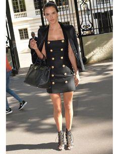 Alessandra Ambrosio lleva el conjunto ideal de street style de Balmain