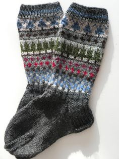 Fair Isle Knitting Patterns, Fair Isle Pattern, Knit Patterns, Wool Socks, Knitting Socks, Hand Knitting, Crochet Crafts, Knit Crochet, Sock Toys