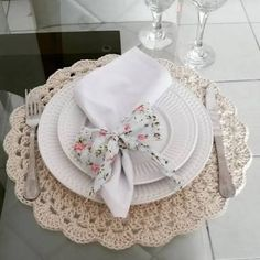The crochet Sousplat is a piece that serves to complement the decoration of the dining table with sophistication, beauty and elegance. Crochet Placemats, Crochet Doilies, Table Setting Inspiration, Boho Home, Crochet Home Decor, Crochet Kitchen, Napkin Folding, Deco Table, Decoration Table