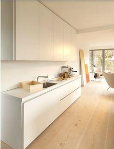 bulthaup - b1 keuken - het werkblad, het centrale element van de keuken, bestaat bij bulthaup b1 uit de hoogwaardige materialen: roestvrij staal of doorgekleurd laminaat. De vlakken lopen naadloos over in de randen. Dat maakt b1 zo aantrekkelijk - visueel en qua aanraking. Het 60 mm dikke werkblad dient daarbij niet alleen als voorbereidingselement. De spoelunit en kookplek zijn integreerbaar en er kan volop gecombineerd worden