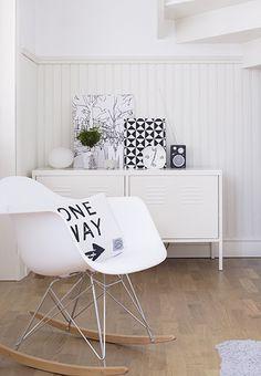 Deko in Schwarz und Weiß  #Deko #wohnen #Wohnzimmer #Flur #Sideboard #Stuhl #schwarz #weiss