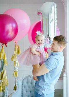 Большие розовые воздуные шары с золотой тассаел гирляндой для фотосессии на первый годик девочки Pink big balloon gold silver tassel garland first birthday cake party set