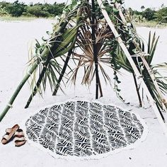 white sand ; beach hut ; birkenstocks