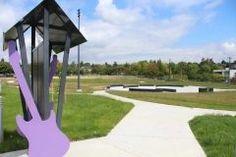 ジミヘンドリックスの出身地ワシントン州シアトルに設立されたジミヘンドリックスパークJimi Hendrix Parkがオープン  立ち上げから10年の月日を経てようやく10月7日にオープンとのこと  公園の広さは2.5エーカー約3070坪  公園の入口にある階段にはジミヘンのサインが描かれています  公園の入口から続くメインストリートはギターのネックをなぞったような道となっており そこにはAngelLittle Wingの歌詞や彼のキャリアを紹介したプレートが埋め込まれているそうです   紹介記事 http://ift.tt/2e1vXEG]