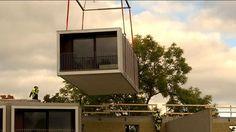 Bristen på bostäder och mark i Stockholm har gjort att nya sätt att producera lägenheter börjat växa fram. I Västberga byggs just nu ett helt nytt kvarter med hjälp av flyttbara, färdiginredda lägenhetsmoduler.