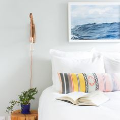 Because diving into bed should feel as calming as plunging into that serene blue sea. And it should look cute too. // Design by @angela_ferlitahugo of #HomepolishNYC + photo by @kelseyannrose. [LINK IN PROFILE✨]
