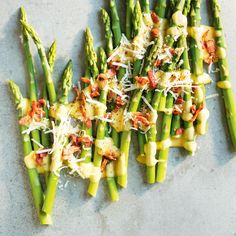 Asperges carbonara Vegetable Side Dishes, Vegetable Recipes, Bacon, Hors D'oeuvres, Quiches, Yummy Yummy, Finger Foods, Asparagus, Appetizers