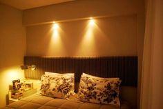 Quarto de casal de um apartamento de 70 m², projetado por Carolina Mota.