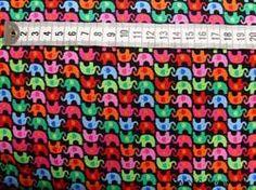 Farverige mini elefanter på Patchworkstof - er et super flot stykke sort patchwork stof med masser af små elefanter i 2 retninger