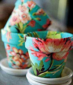 Vasos cobertos com tecido - pode ser centro de mesa, lembrancinhas (mini cactos ou suculentas)