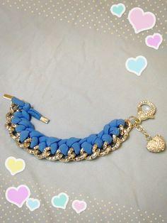 Bracciale azzurro realizzato con tecnica ad intreccio sulla catena. Sono disponibili di vari colori anche su ordinazione. Contattatemi!! email:butterflydilaura@gmail.com
