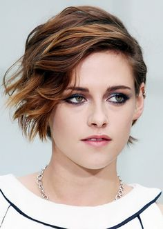 Chanel favorite Kristen Stewart showed up at the brand's haute couture show this week with side-swept hair and a mesmerizing navy-tinged smoky eye. Kristen Stewart Cheveux Courts, Kristen Stewart Short Hair, Kirsten Stewart, Kristen Stewart Hairstyles, Pixie Hairstyles, Cool Hairstyles, Haircuts, Hair Inspo, Hair Inspiration