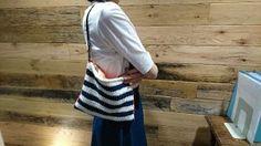 棒針の天竺編み(=メリヤス編み)で編むクラッチバッグの作り方。裏地付き。 糸の太さが違うので段数などはアレンジしてください。 詳しい作り方はこちらから。