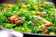 Lynstegt grønkål med bacon og pinjekerner