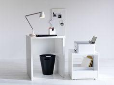 Γραφείο MICKE με χώρο για εκτυπωτή, με ροδάκια που επιτρέπουν την εύκολη μεταφορά στον χώρο.