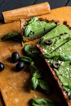 Basilicum-olijventaart - The Green Happiness Vegan Snacks, Vegan Recipes, Vegan Quiche, Nut Allergies, Gourmet Desserts, Side Salad, Dried Tomatoes, Culinary Arts, Food Plating