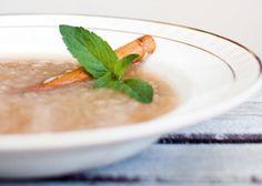 Rabarbarasuppe-med-bygggryn: 4 porsjoner: 4o g Skjåkgryn bløtlagt i 2-3 timer 2 middels store rabarbarastilker, kuttet i 2 cm biter 1 1/2 sukker 1 kanelstang 2 dl vann La alt småkoke i 20 minutter.Rør hele tiden.